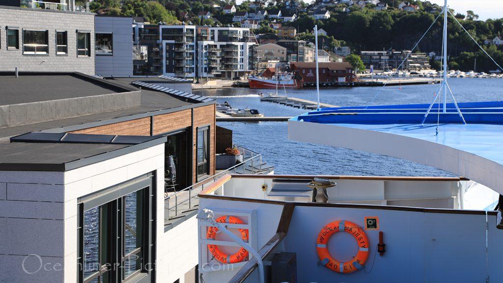 Liegeplatz der Kreuzfahrtschiffe in Arendal neben Wohnhäusern / Foto: Oliver Asmussen/oceanliner-pictures.com