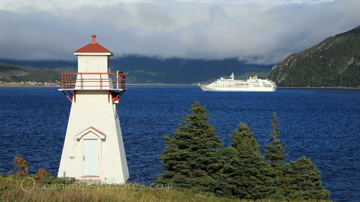 Lighthouse Woody Point, Newfoundland und MS Hamburg / Foto: Oliver Asmussen/oceanliner-pictures.com