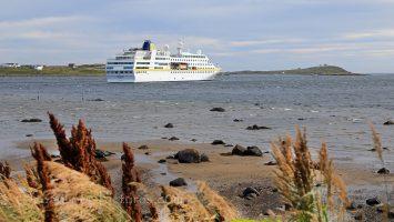 MS Hamburg auf Reede in Red Bay, Labrador / Foto: Oliver Asmussen/oceanliner-pictures.com