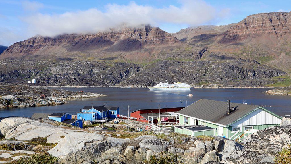 MS Hamburg auf Reede vor Qeqertarsuaq, Greenland / Foto: Oliver Asmussen/oceanliner-pictures.com