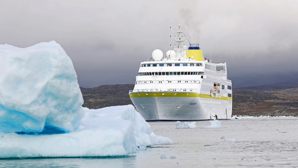 MS Hamburg bei Saqqaq in Grönland / Foto: Oliver Asmussen/oceanliner-pictures.com