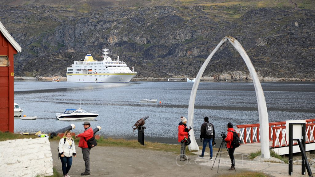 MS Hamburg in Qeqertarsuaq, Grönland / Foto: Oliver Asmussen/oceanliner-pictures.com