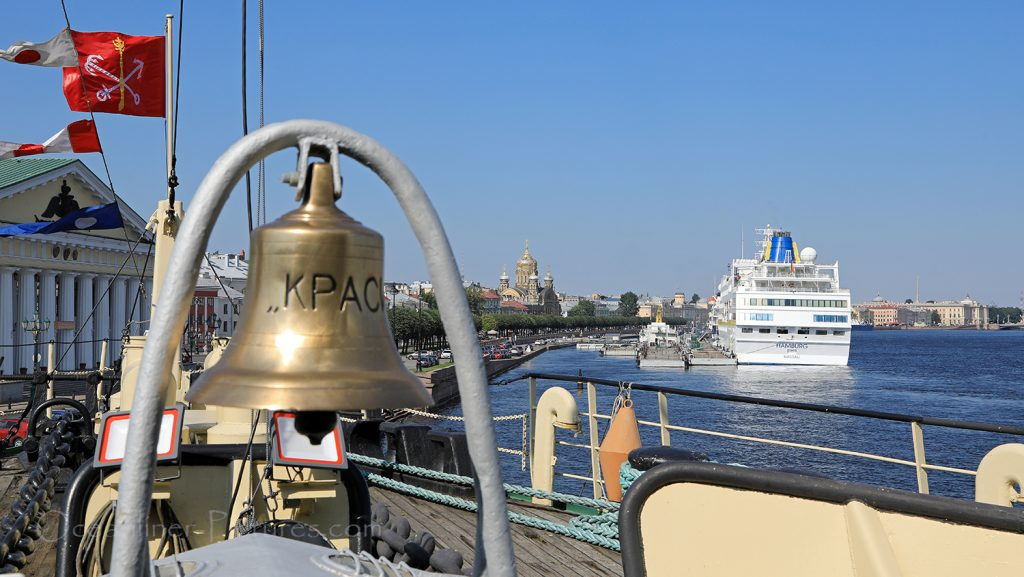 MS Hamburg vom Eisbrecher Krasin in St. Petersburg gesehen / Foto: Oliver Asmussen/oceanliner-pictures.com