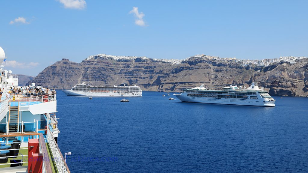 MSC Musica und Rhapsody of the Seas vor Santorini / Foto: Oliver Asmussen/oceanliner-pictures.com
