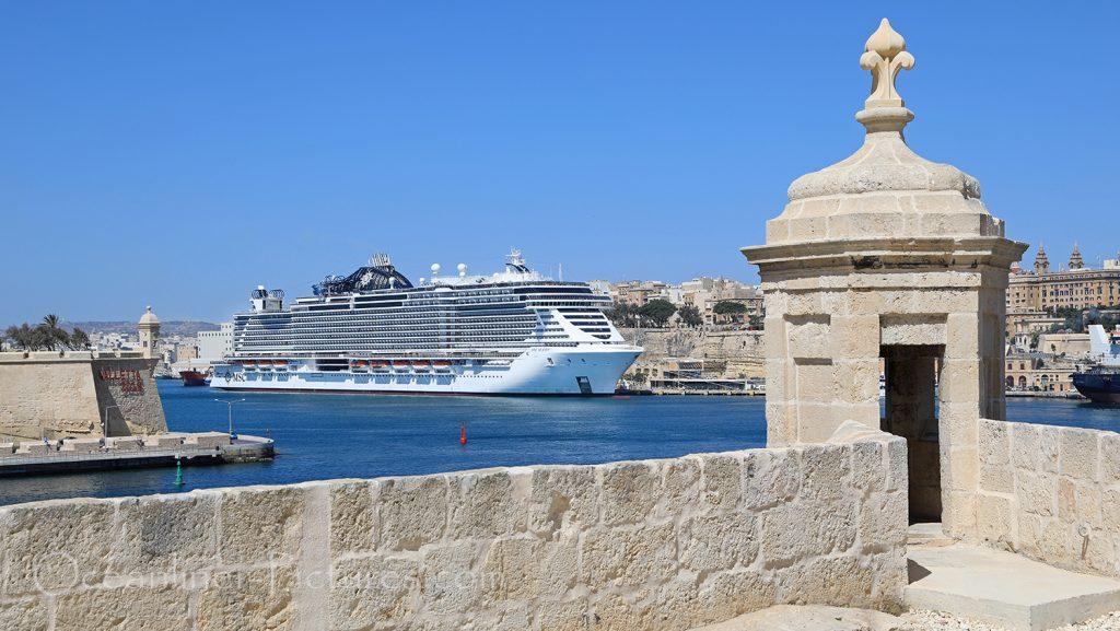 MSC Seaview vom Fort St. Angelo, Malta aus gesehen / Foto: Oliver Asmussen/oceanliner-pictures.com