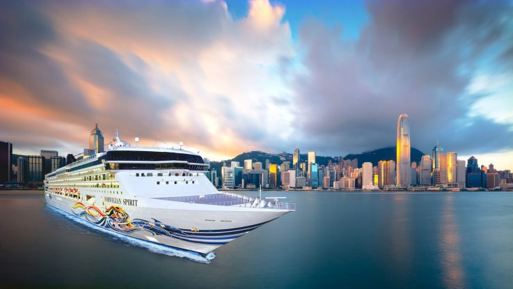 Die Norwegian Spirit vor der Skyline in Hong Kong. Foto. Norwegian Cruise Line