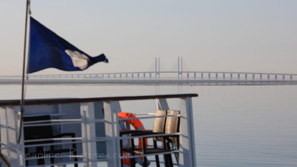 Ocean Majesty Heck mit Öresundbrücke / Foto: Oliver Asmussen/oceanliner-pictures.com