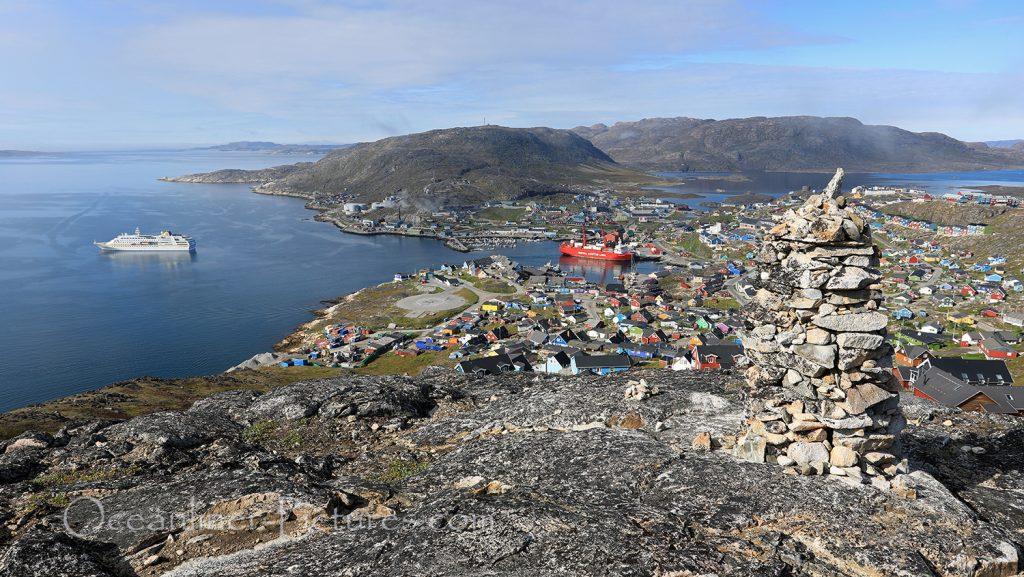 Panoramablick über Qaqortoq in Greenland mit MS Hamburg / Foto: Oliver Asmussen/oceanliner-pictures.com