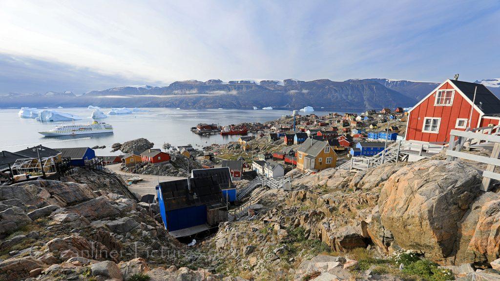 Panoramablick auf MS Hamburg und Uumannaq, Grönland / Foto: Oliver Asmussen/oceanliner-pictures.com