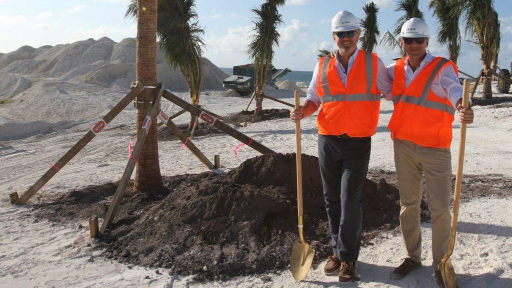 Pierfrancesco Vago und Gianluca Suprani pflanzen den ersten Baum auf Ocean Cay. Foto: MSC Kreuzfahrten