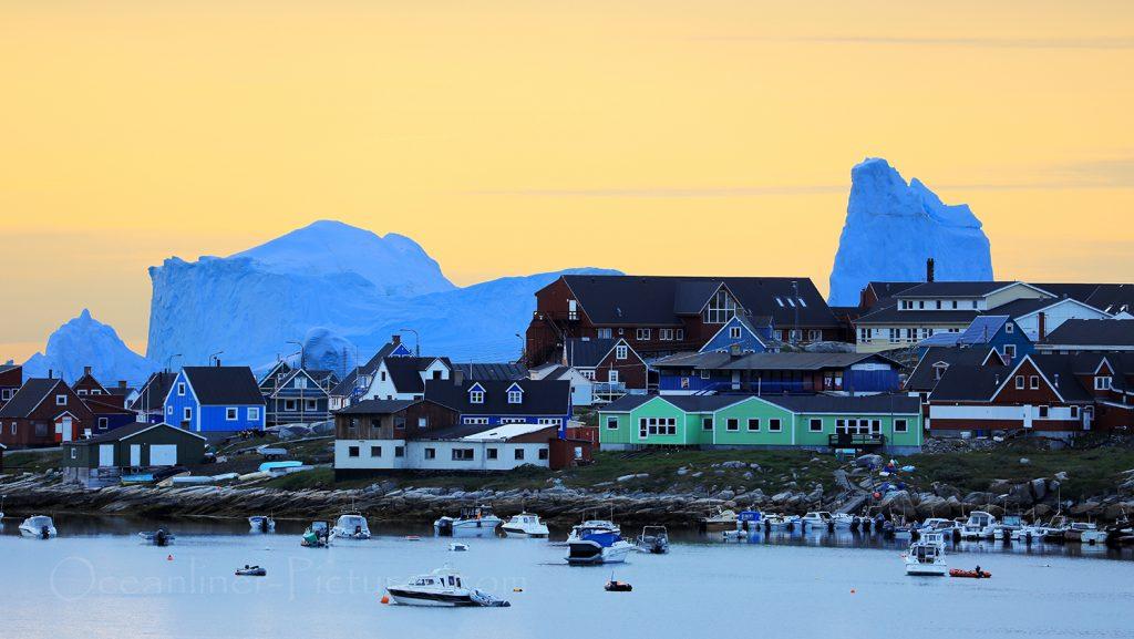Qeqertarsuaq und Eisberge im Sonnenaufgang / Foto: Oliver Asmussen/oceanliner-pictures.com