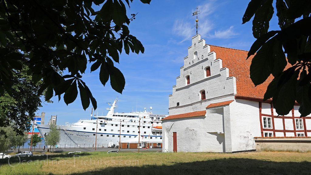 Schloss Aalborghus und Ocean Majesty / Foto: Oliver Asmussen/oceanliner-pictures.com
