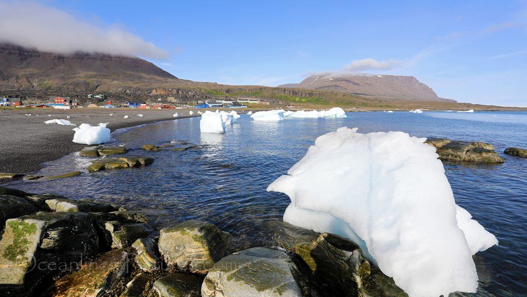 Strand mit Eis in Qeqertarsuaq, Grönland / Foto: Oliver Asmussen/oceanliner-pictures.com