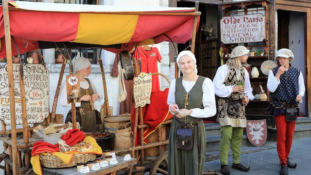 Traditionelle Trachten In der Altstadt von Tallinn / Foto: Oliver Asmussen/oceanliner-pictures.com