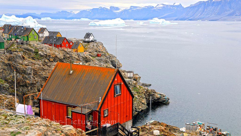 Uummannaq Blick auf Wohnhäuser an der Küste / Foto: Oliver Asmussen/oceanliner-pictures.com