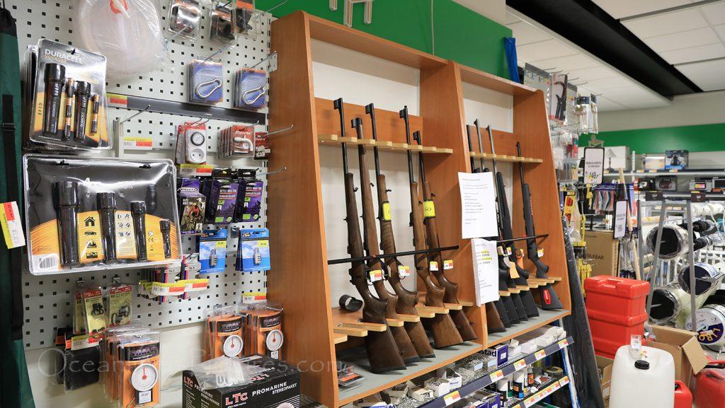 Waffen im Supermarkt in Aasiaat, Grönland / Foto: Oliver Asmussen/oceanliner-pictures.com