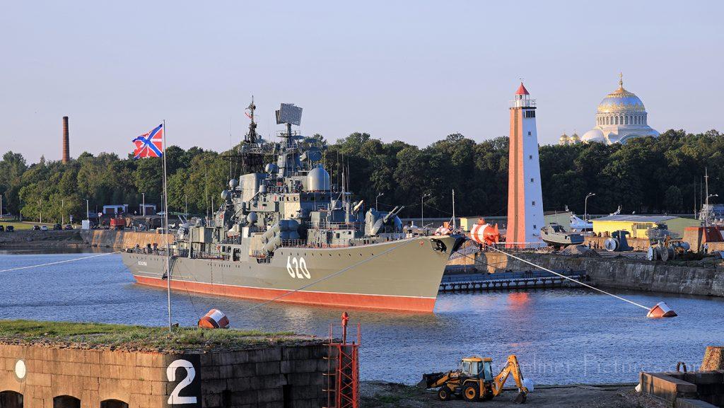 Zerstörer Bespokoyniy und Naval Cathedral of St. Nicholas in Kronstadt / Foto: Oliver Asmussen/oceanliner-pictures.com