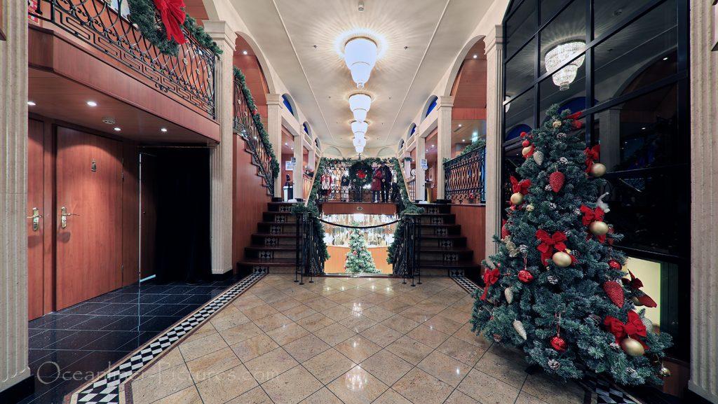 Blick auf Atrium und Eingang zum Restaurant MS Swiss Tiara / Foto: Oliver Asmussen/oceanliner-pictures.com