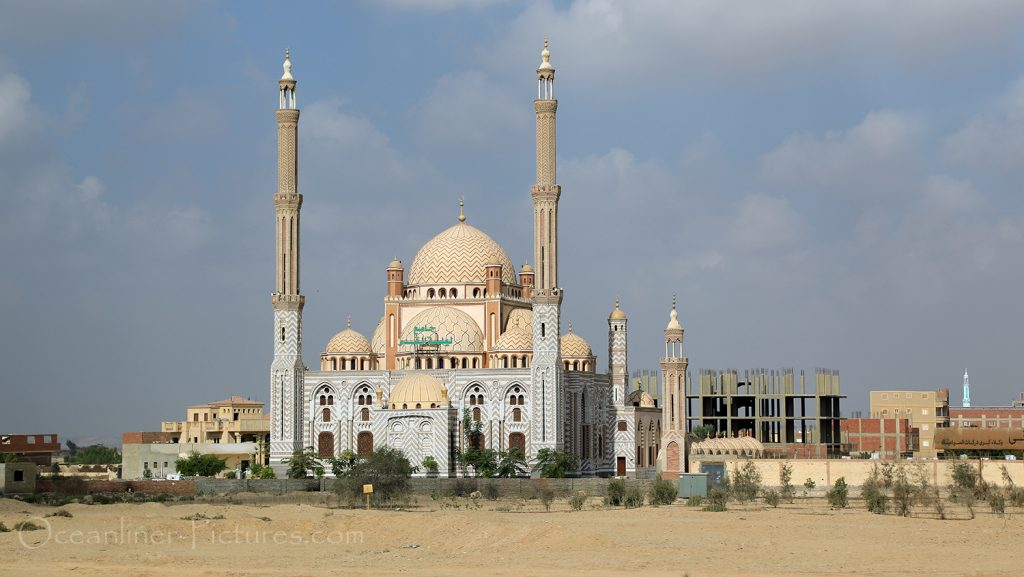 Blick auf eine Moschee in Ägypten, auf dem Weg nach Kairo / Foto: Oliver Asmussen/oceanliner-pictures.com
