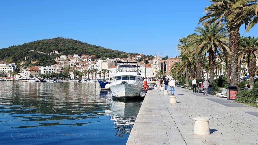 Die Uferpromenade Riva und Hausberg Marjan in Split, Kroatien / Foto: Oliver Asmussen/oceanliner-pictures.com