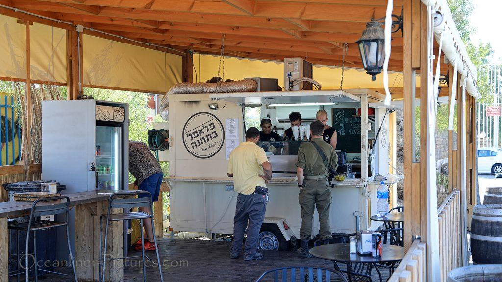 Fastfood-Bude auf dem Weg zum Toten Meer in Israel / Foto: Oliver Asmussen/oceanliner-pictures.com