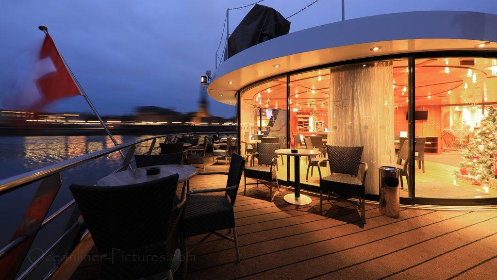 Lido-Terrasse Dämmerung MS Swiss Tiara / Foto: Oliver Asmussen/oceanliner-pictures.com