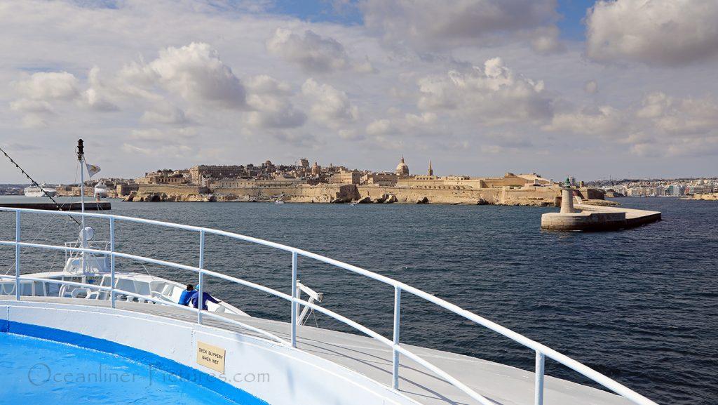 MS Ocean Majesty vor der Hafeneinfahrt von Valletta, Malta / Foto: Oliver Asmussen/oceanliner-pictures.com