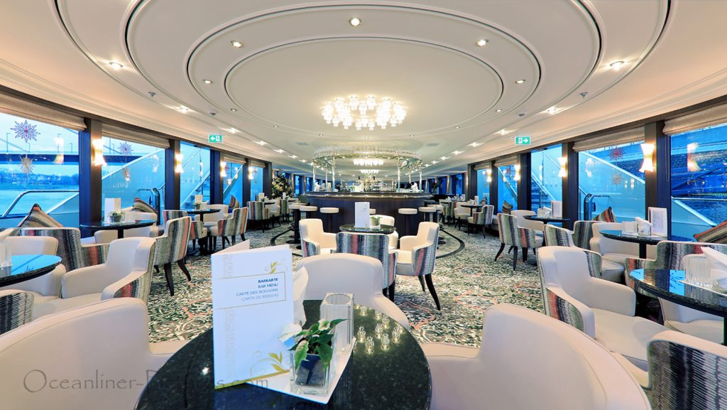 Panorama-Lounge mit Bar, Blick zum Heck der MS William Wordsworth / Foto: Oliver Asmussen/oceanliner-pictures.com
