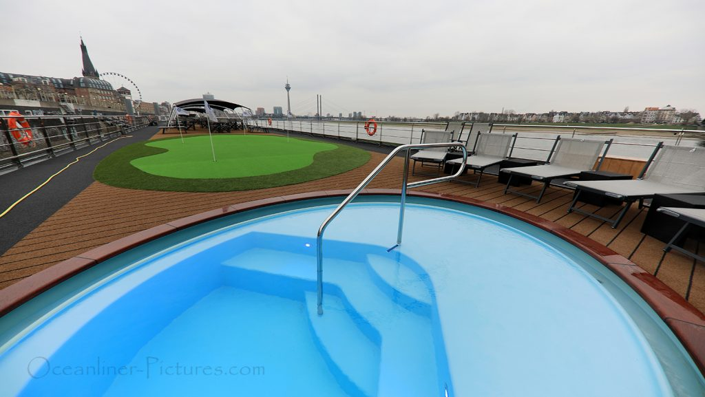 Pool und Minigolf MS William Wordsworth / Foto: Oliver Asmussen/oceanliner-pictures.com