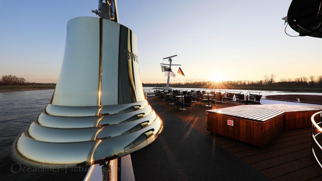 Schiffsglocke Swiss Tiara und Sonnendeck Loungebereich / Foto: Oliver Asmussen/oceanliner-pictures.com