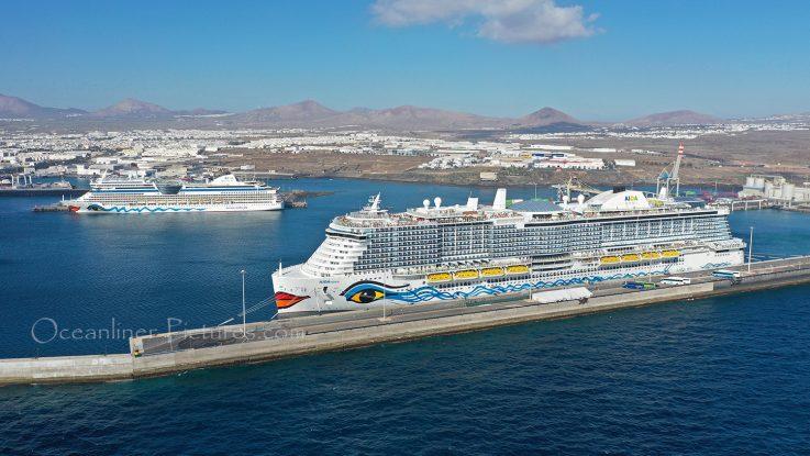 AIDAnova und AIDAstella im Hafen von Lanzarote / Foto: Oliver Asmussen/oceanliner-pictures.com