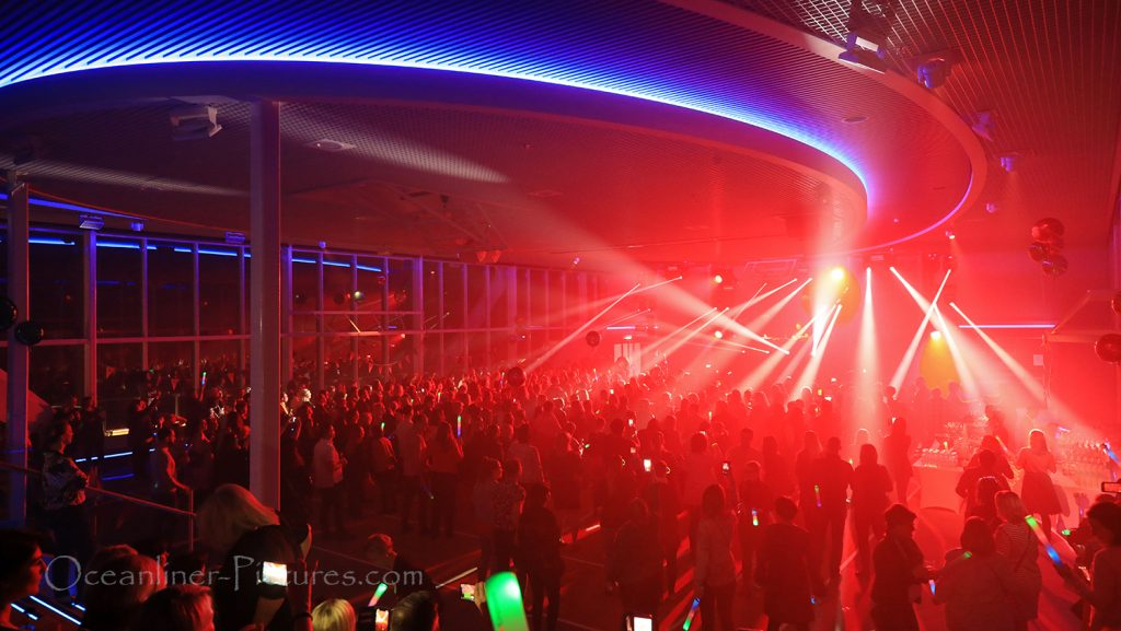 Arena Party abends neue Mein Schiff 2 / Foto: Oliver Asmussen/oceanliner-pictures.com