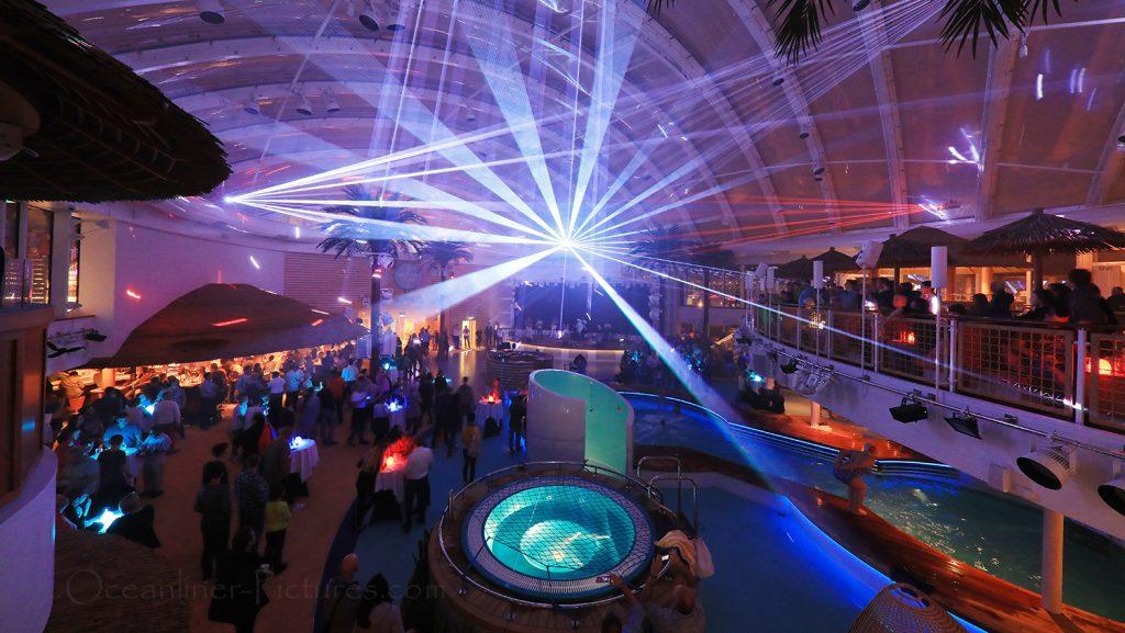 Lasershow im Beach Club AIDAnova / Foto: Oliver Asmussen/oceanliner-pictures.com