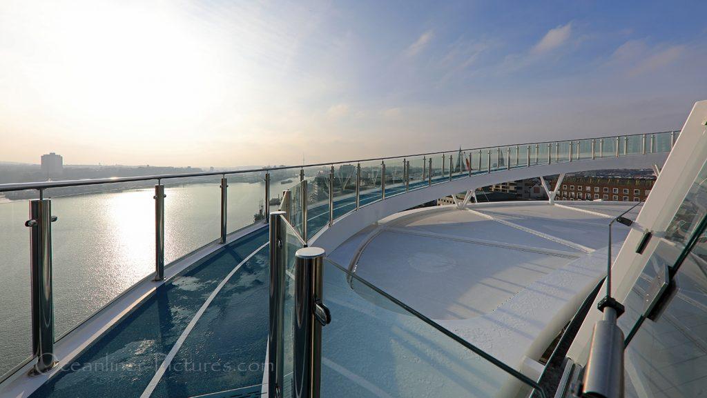 Panoramabrücke und Joggingpfad neue Mein Schiff 2 / Foto: Oliver Asmussen/oceanliner-pictures.com