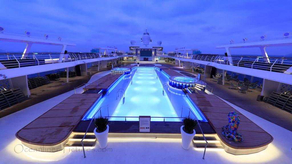 Swimmingpool und Sonnendeck neue Mein Schiff 2 / Foto: Oliver Asmussen/oceanliner-pictures.com