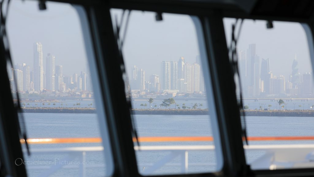 Blick von der Kommandobrücke auf Panama City / Foto: Oliver Asmussen/oceanliner-pictures.com