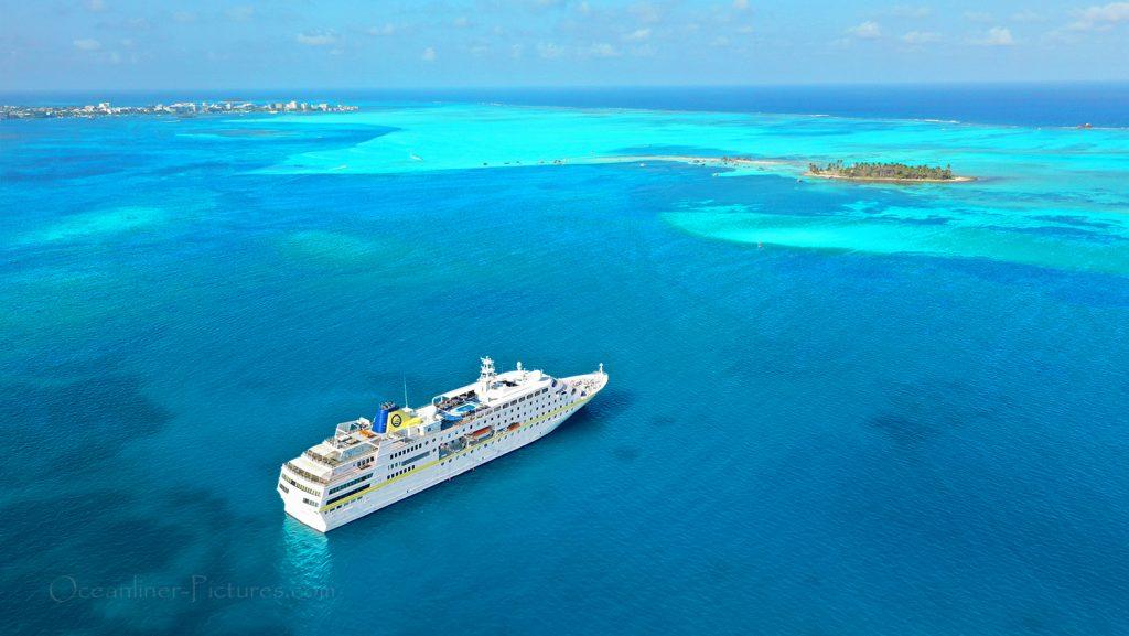 MS Hamburg vor Anker San Andrés Kolumbien / Foto: Oliver Asmussen/oceanliner-pictures.com