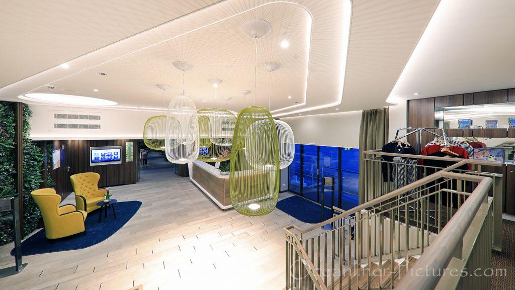 Blick auf Foyer und Rezeption der MS Adora von Empore aus / Foto: Oliver Asmussen/oceanliner-pictures.com