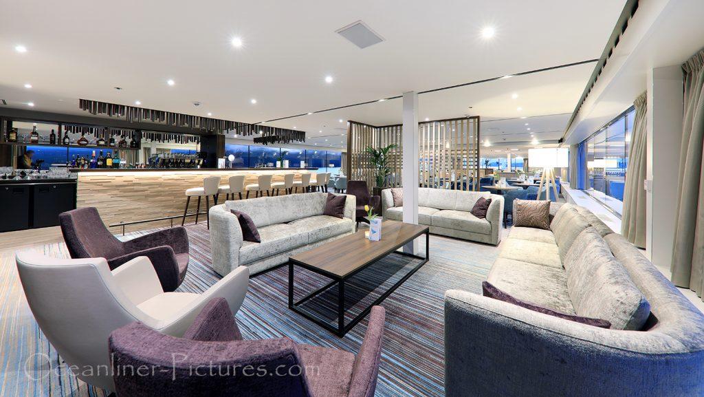 MS Adora Bibliothek und Panorama Lounge Bar / Foto: Oliver Asmussen/oceanliner-pictures.com