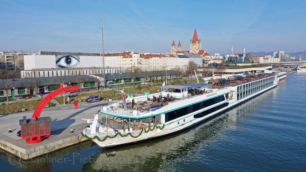 MS Adora vor der Taufe am Anleger in Wien / Foto: Oliver Asmussen/oceanliner-pictures.com