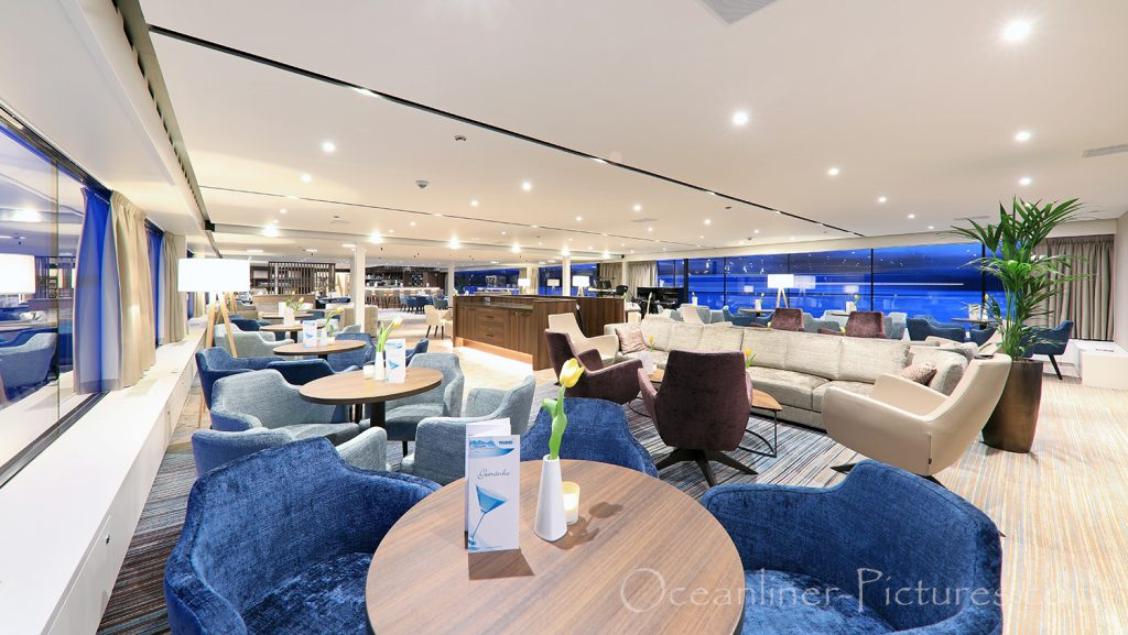 Panorama Lounge MS Adora mit Blick in Richtung Bar / Foto: Oliver Asmussen/oceanliner-pictures.com
