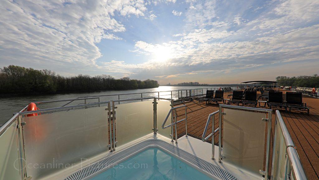 Pool und Sonnendeck MS Adora / Foto: Oliver Asmussen/oceanliner-pictures.com