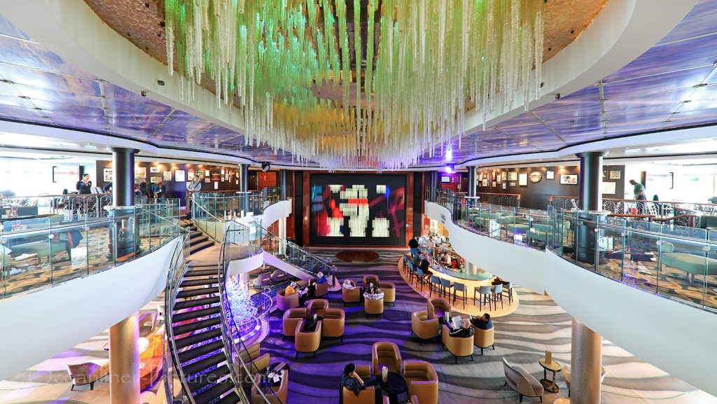 Atrium and Java Cafe Norwegian Pearl / Foto: Oliver Asmussen/oceanliner-pictures.com
