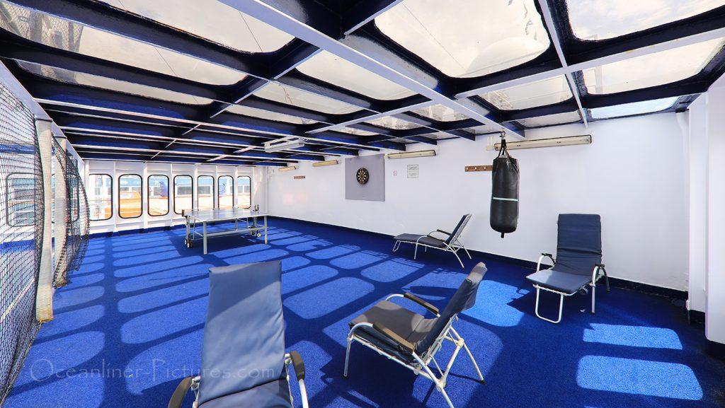 Deckbereich mit Tischtennis und Darts MS Astor / Foto: Oliver Asmussen/oceanliner-pictures.com