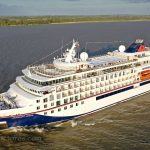 Die Hanseatic nature auf der Elbe von Hamburg kommend / Foto: Oliver Asmussen/oceanliner-pictures.com