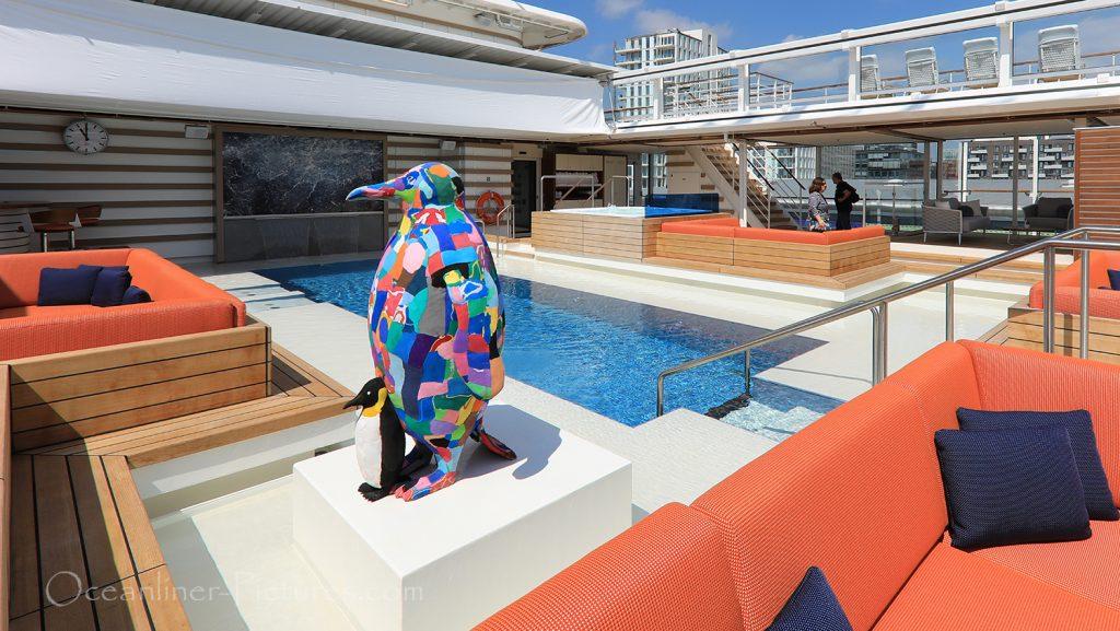 Pinguin mit Küken der Künstlerkooperative Ocean Sole auf Hanseatic nature / Foto: Oliver Asmussen/oceanliner-pictures.com