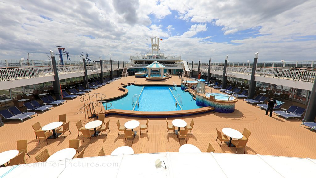 Swimming Pools and Sundeck Norwegian Pearl / Foto: Oliver Asmussen/oceanliner-pictures.com