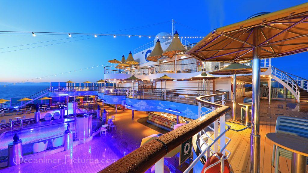 Blick über Sonnendecks und Lido Pool morgens Costa Favolosa / Foto: Oliver Asmussen/oceanliner-pictures.com