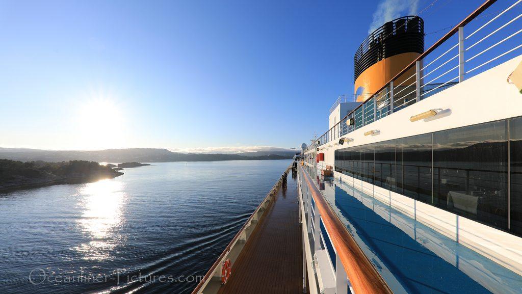 Blick über die oberen Decks der Costa Favolosa im Morgenlicht / Foto: Oliver Asmussen/oceanliner-pictures.com