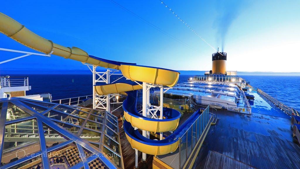 Blick auf Wasserrutsche und Sonnendeck Costa Favolosa / Foto: Oliver Asmussen/oceanliner-pictures.com